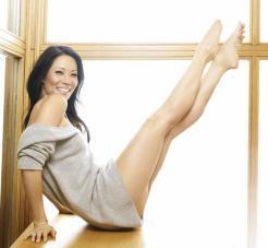 Lucy Liu pose en teaser, un exercice de Pilates qui renforce les abdos.