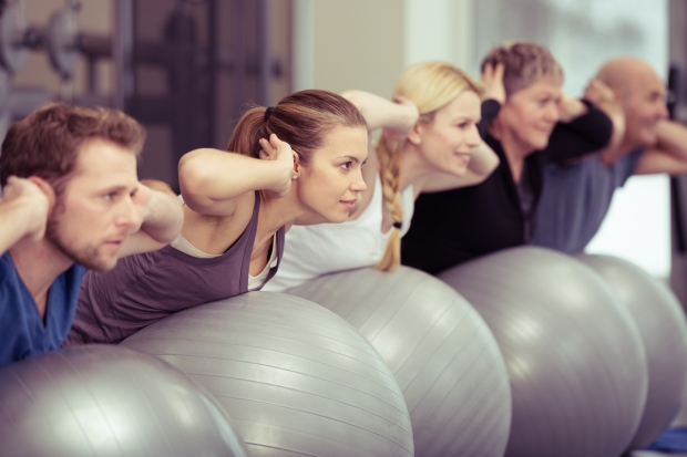 gruppe beim rckentraining im fitnessstudio